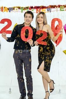 カップルが2020年のパーティーを祝う