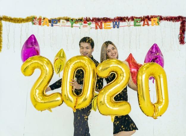 Пара празднует вечеринку 2020