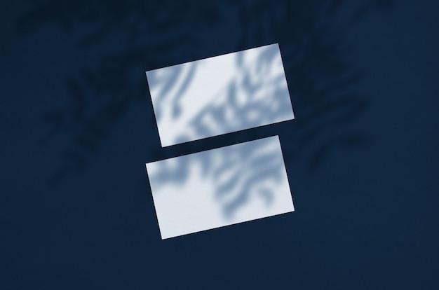 名刺テンプレート。自然なオーバーレイ照明が葉を影にします。葉の影のシーン。クラシックブルー。 2020年の色。