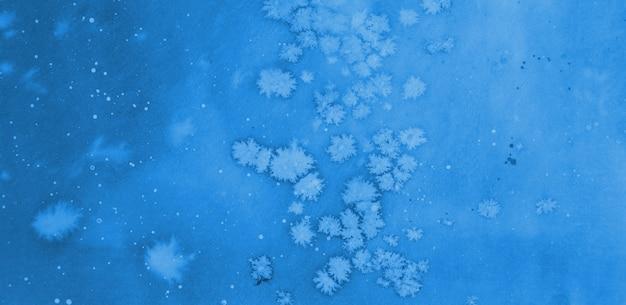 抽象的な青い水彩手描きの背景。古典的な青い背景、コピースペース。 2020年の色