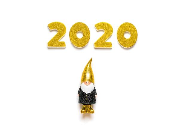 ゴールドの輝き、白い背景に分離された黒、ゴールド色のエルフで飾られた2020の数字。