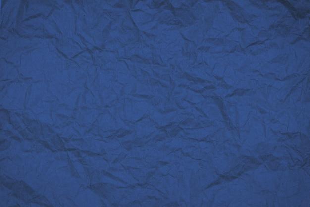 Аннотация рухнул текстурированной морщинистой бумаги тонированное в модном 2020 году классический синий, фон.