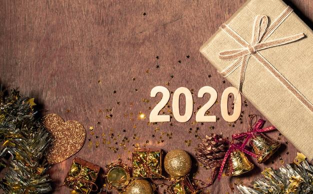 あなたのテキストの横にコピースペースを持つ新年あけましておめでとうございます2020祭の装飾。