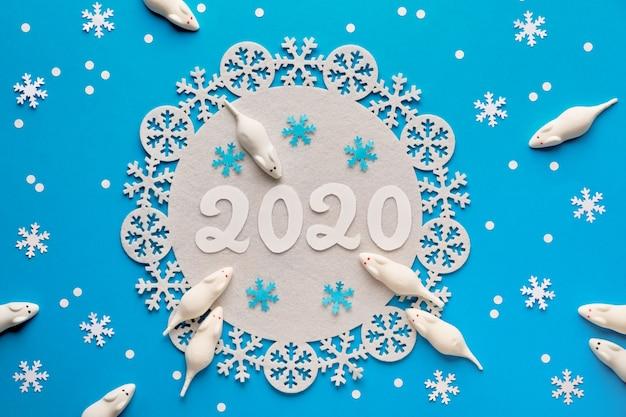 パステル紙、新年背景に番号2020の甘い白いマウス