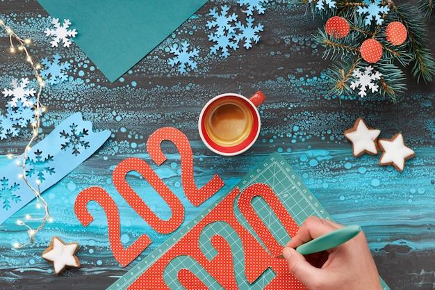 トップビュー、2020の手切断のペーパークラフト、コーヒーとクリスマスの装飾
