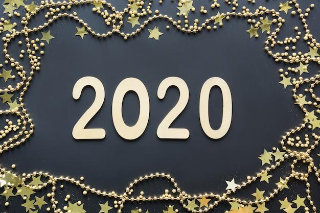 新年あけましておめでとうございます2020。豪華な黄金の日付、金の装飾の境界線、輝く星とビーズ