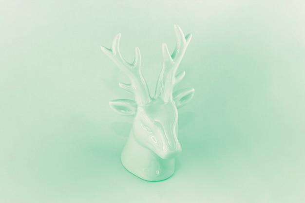 Скульптура рождественского оленя в монохромном стиле нео мята 2020 года. концепция зимнего отдыха, минимализм, абстракция.