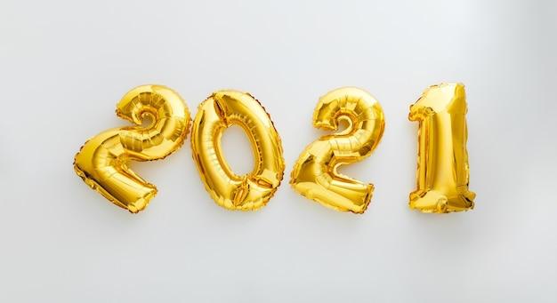 白地に2021年のバルーンテキスト。クリスマスの金箔風船2021で新年あけましておめでとうございます。