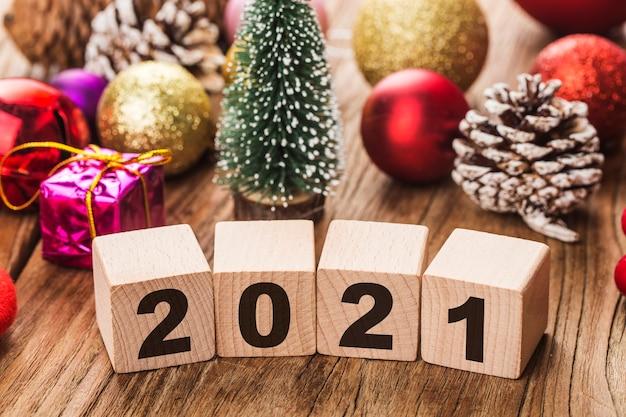 クリスマスの飾りが付いている2021ブロック