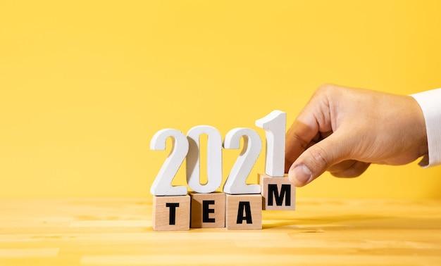 Концепции бизнес-команды 2021 года с текстом на дереве. успех и цель для работы