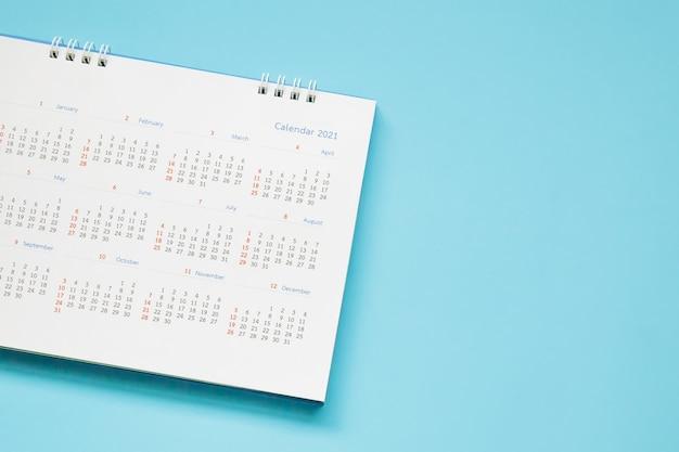 Страница календаря 2021 года на синем фоне концепция встречи бизнес-планирование