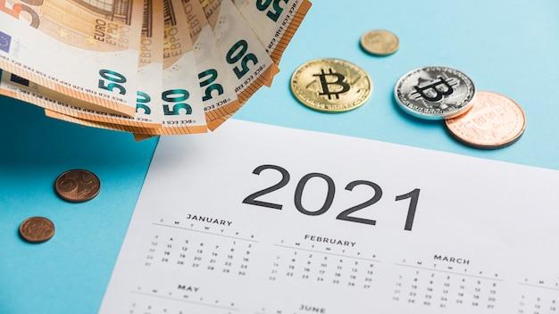 지폐와 동전 배열이있는 2021 달력