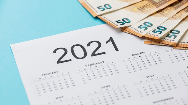 紙幣の配置と2021年のカレンダー