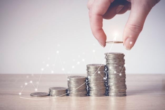 2021.仮想ホログラム統計、グラフを備えたコインスタック。お金と収入の節約投資のアイデアと将来のための財務管理。閉じる。ビジネス成長の概念。経済的リスク。