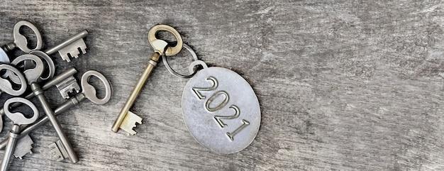 오래된 열쇠 고리에 새겨진 2021