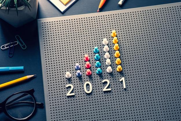 비즈니스 테이블에 핀 가프 차트가있는 2021 목표. 성공 및 전략 계획에 대한 비전.