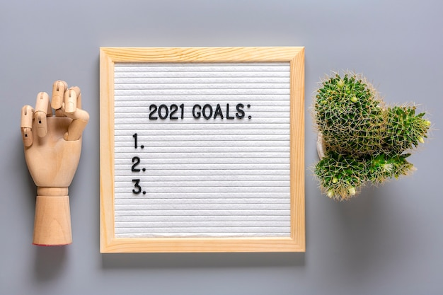 2021 goals motivational quote on message felt board