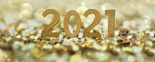 Золотой номер 2021 года на абстрактных золотых конфетах
