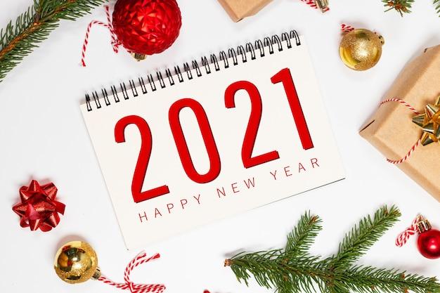 Поздравительная открытка с праздником 2021 года со снежной еловой веткой
