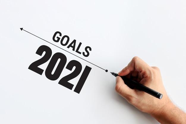 2021年の新年とビジネスコンセプト。ビジネスプランの背景を書くビジネスマン