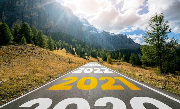 2021年の新年のロードトリップ旅行と将来のビジョンのコンセプト