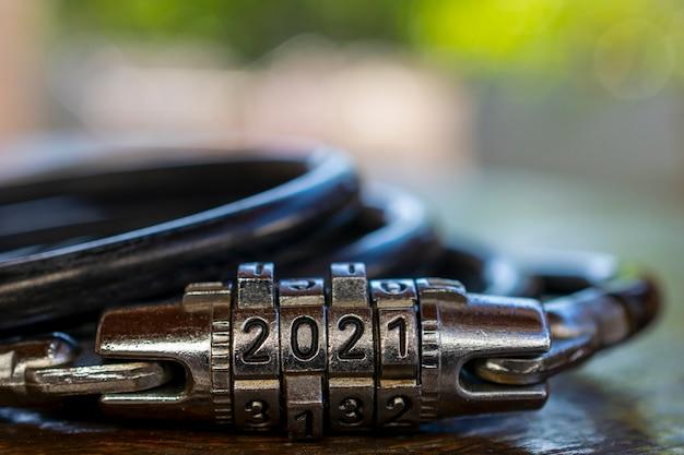 Новый год 2021. секретный замок с номером 2021. размытый фон и место для текста.