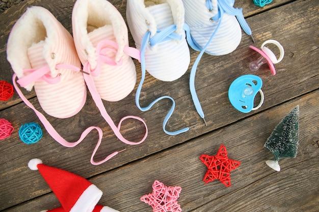 Новогодние написанные шнурки детской обуви и соски на 2021 год на старых деревянных