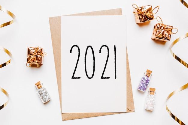 Записка 2021 года с подарками на концепцию счастливого рождества и нового года