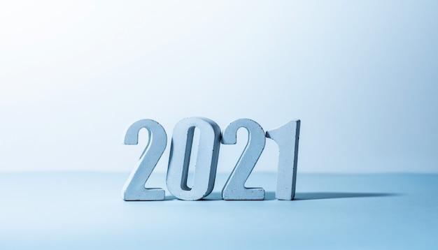 パステルカラーの背景の2021年番号。最小限のデザイン