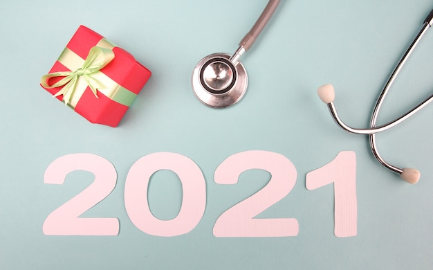 聴診器とギフトボックス付きの2021年の番号。コンセプト明けましておめでとうございます。