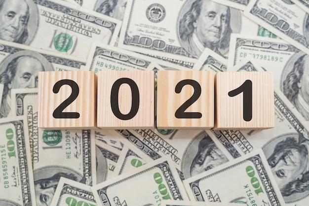 木製の立方体に「2021」。お金。