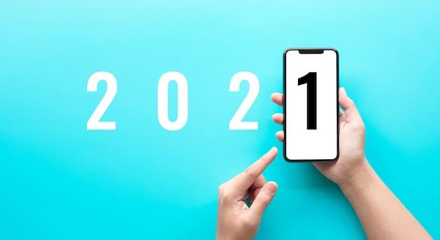 스마트 폰의 2021 텍스트. 새로운 예와 트렌디 한 개념 아이디어 프리미엄 사진