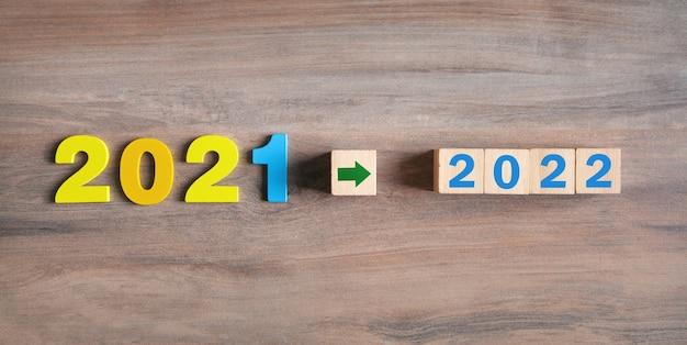 テーブルの上に立方体がある2021年から2022年。明けましておめでとう
