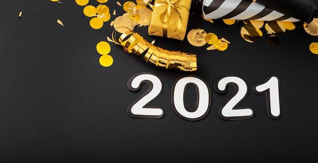 황금 장식이있는 검은 색 표면에 2021 흰색 텍스트