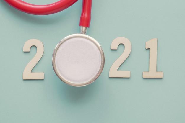 赤い聴診器が付いている2021年の木の数。明けましておめでとうございます健康決議