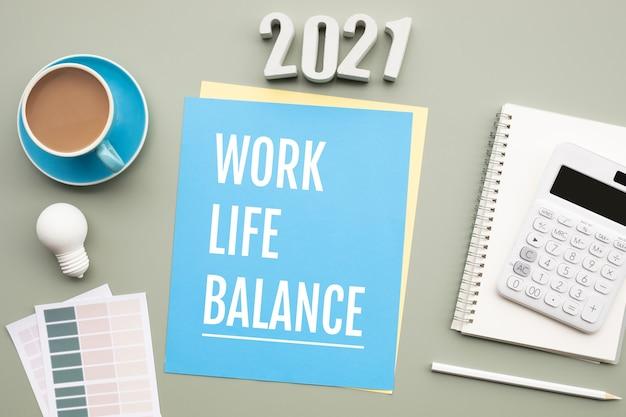 2021年のワークライフバランスの概念と机の上のテキスト。ビジネスの動機