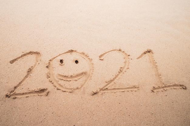 2021 год рисованной на песчаном пляже летом.