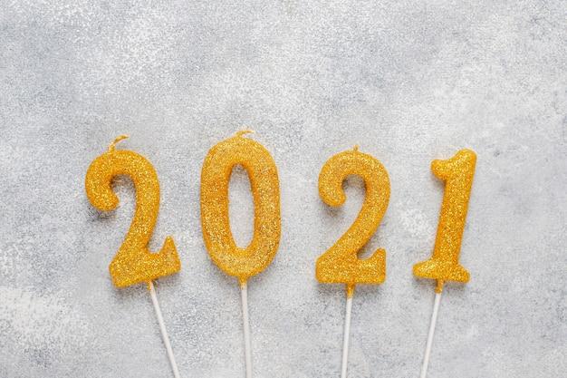 キャンドルで作られた2021年。新年のお祝いのコンセプトです。
