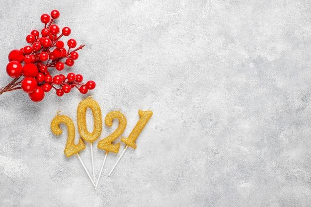 キャンドルで作られた2021年。新年のお祝いのコンセプト。