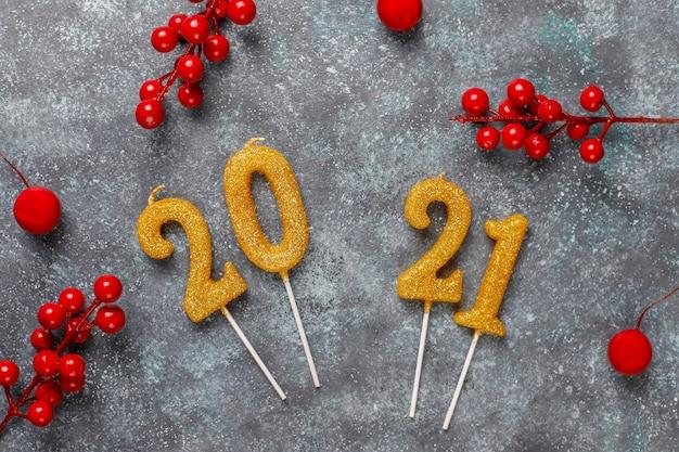 2021 년 촛불으로 만든 새 해 축 하 개념입니다.