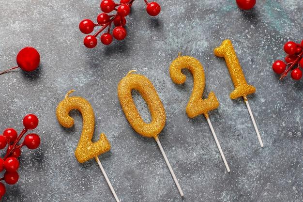 양초로 만든 2021 년. 새 해 축 하 개념입니다.