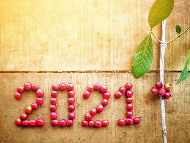 Красный кофейный боб и ветка, новый календарь 2021 года