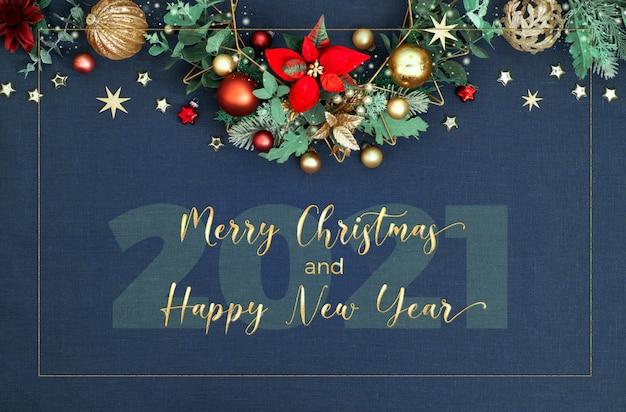 Декоративное рождество, рождественская граница. веселого рождества и счастливого нового года 2021 !. цветочная гирлянда с эвкалиптом, игрушки, красная пуансеттия.
