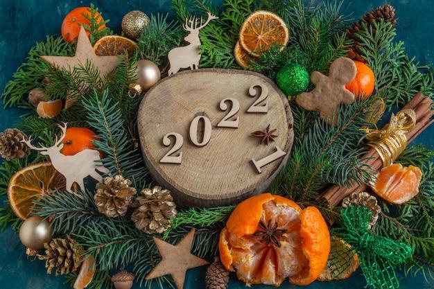 2022 рождественские и новогодние композиции на зеленом фоне плоские пряники