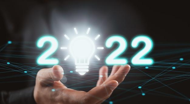 2022년 손 사람과 텍스트 번호를 사용한 창의력과 영감 아이디어 개념. 비즈니스 영감