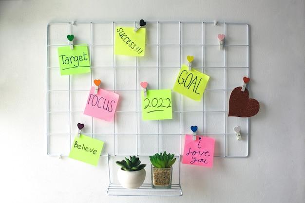 2022 мотивационные слова, украшение стен на железной сетке