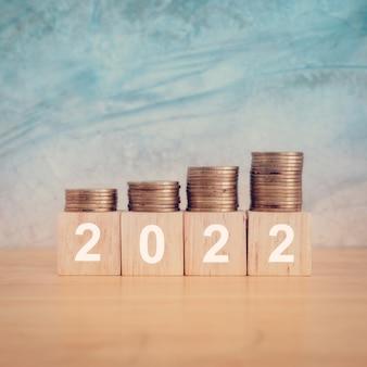 Концепция нового года 2022 деревянные блоки с текстом 2022 года на столе копирование пространства