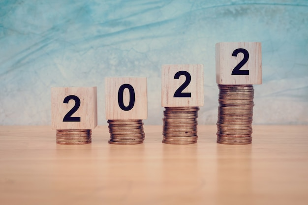 Концепция нового года 2022. деревянные блоки с текстом 2022 на столе. копировать пространство