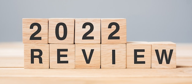 2022 обзор кубический блок на фоне стола. решение, план, изменение, начало и концепции новогодних праздников