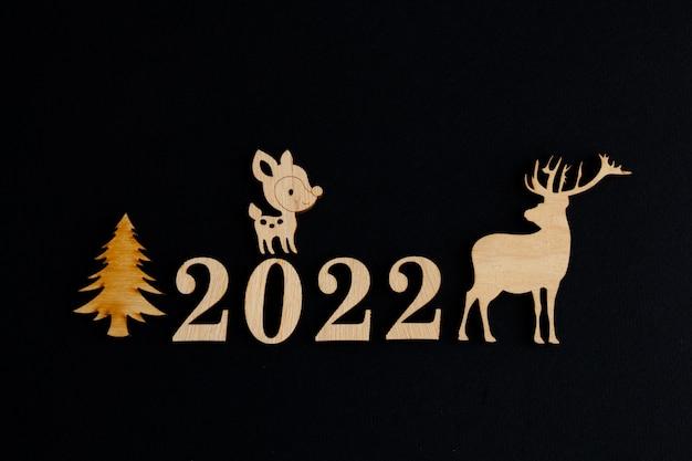 2022 стильная новогодняя композиция с оленями на черном фоне копией пространства